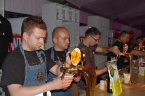 Birofilia 2011- Stoisko Brovarni, wnalewaku zwycięski dunkel