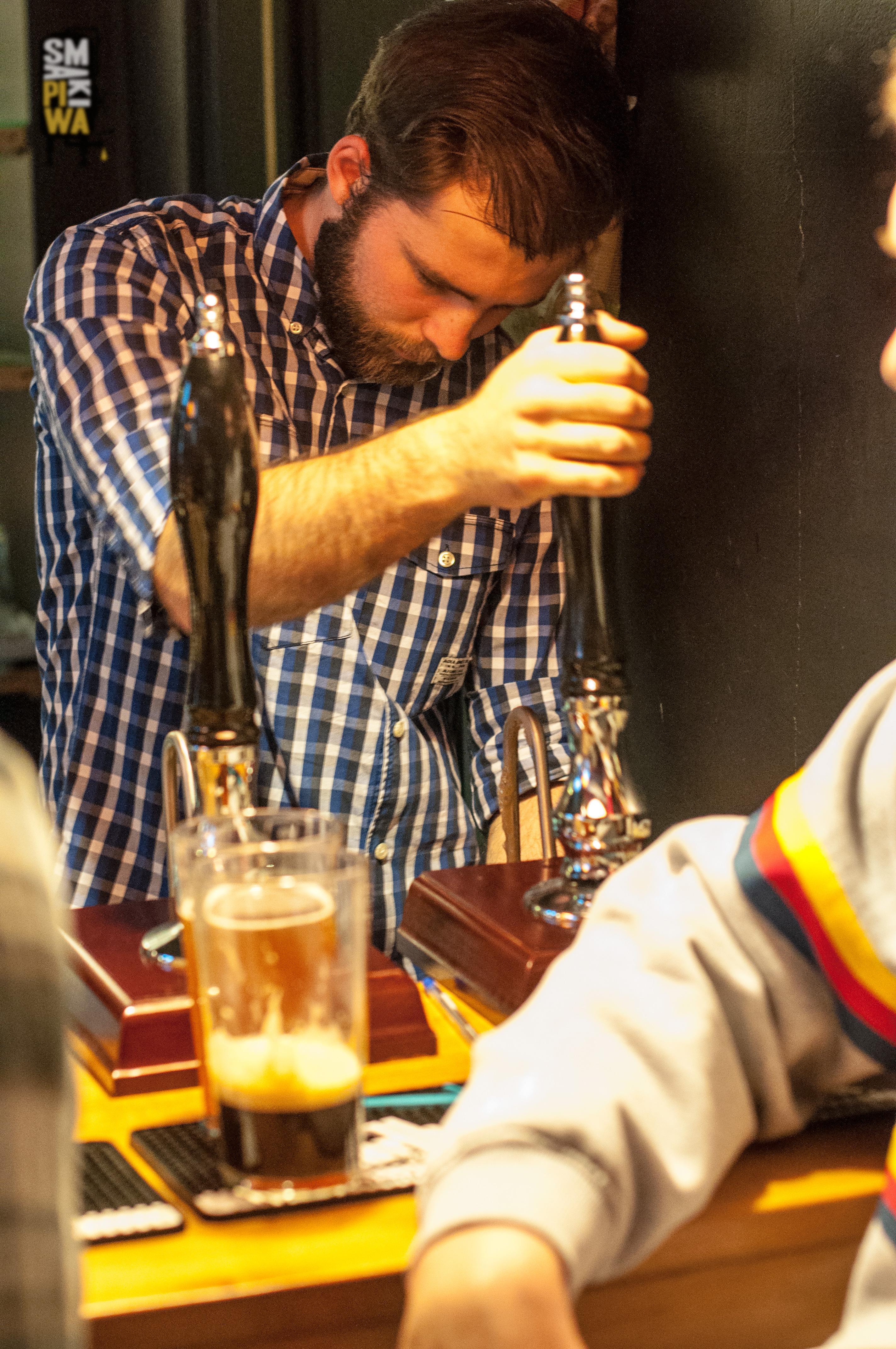 Mateusz, jeden z Barmanów Piwoteki dzielnie walczy z pompom i tak przez całą imprezę