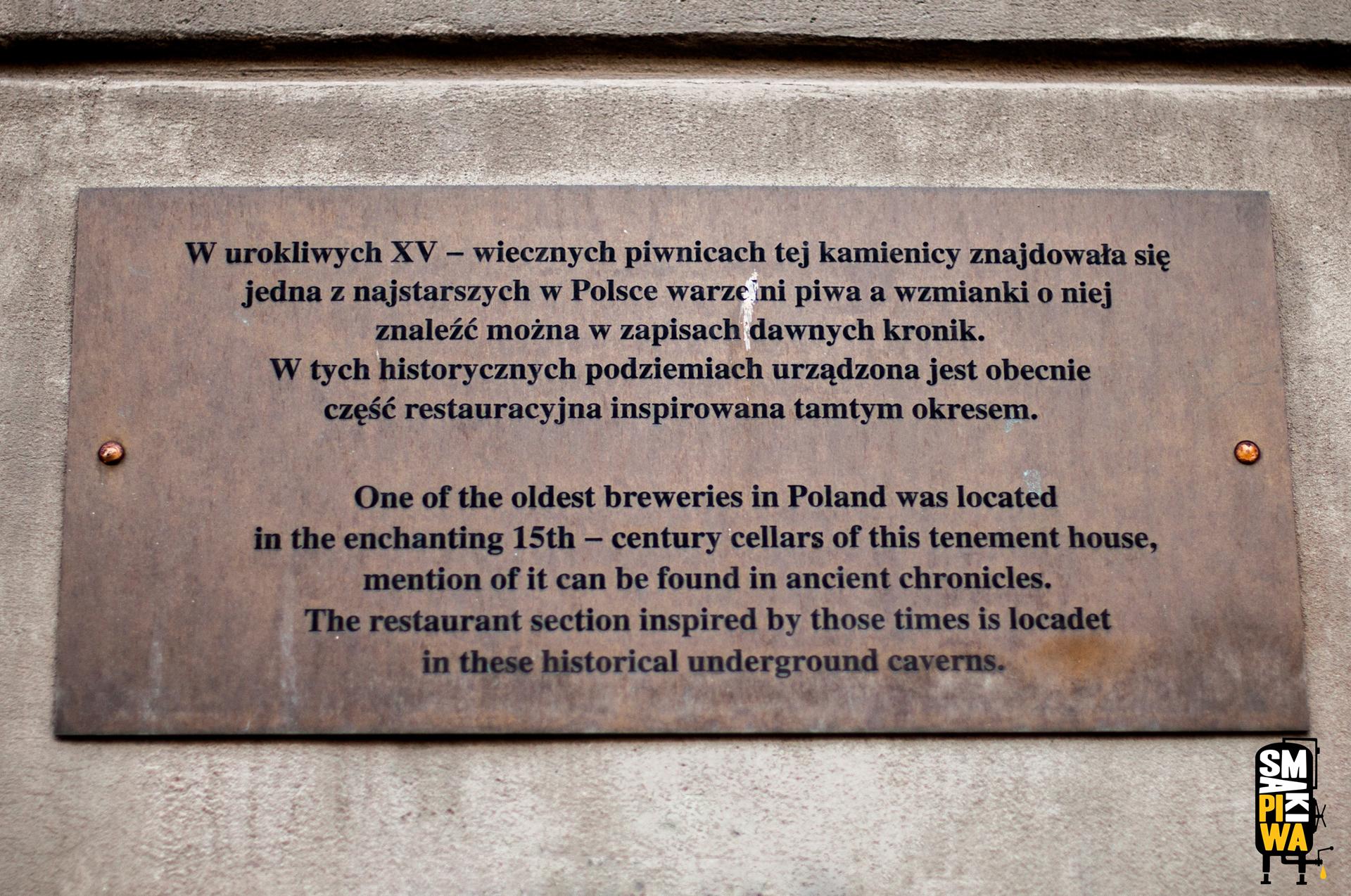 Kolejna tablica informacyjna nafroncie Kamienicy PodPawiem zarcyciekawą informacją. Wpiwnicach tejkamienicy znajdowała się jedna najstarszych polskich warzelni piwa. Takiej historii zazdroszczą wszyscy.
