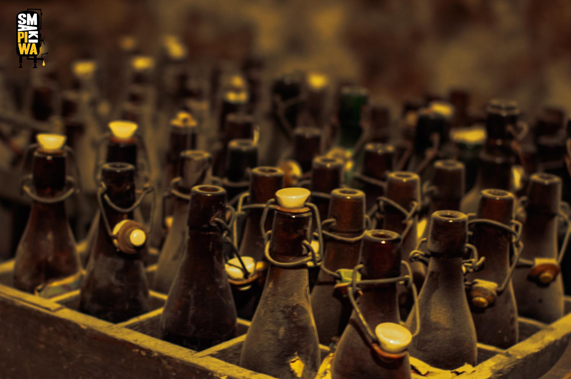 Stare butelki typu krachla, tokolejny symbol minionych czasów.