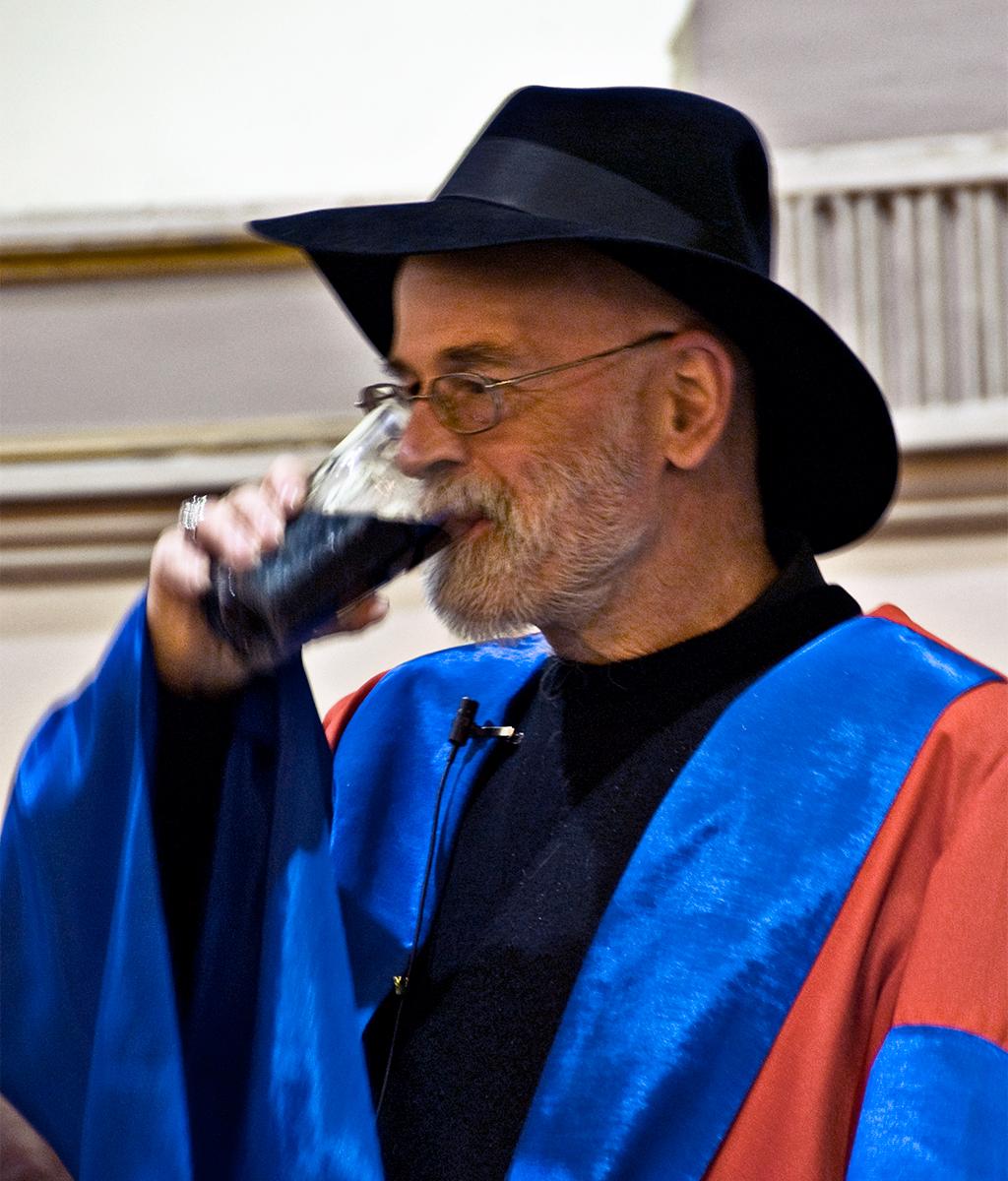 Terry Pratchett pijący Guinnessa, wkrótce pootrzymaniu tytułu doktora honoris causa Uniwersytetu wDublinie. Źródło: wikipedia.org