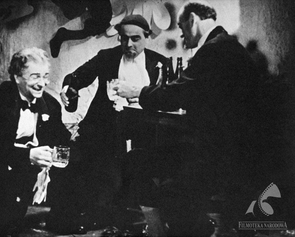 Ada, toniewypada!, 1936. Michał Halicz nalewa piwo prawdopodobnie Haberbusch iSchiele. Źródło: fototeka.fn.org.pl
