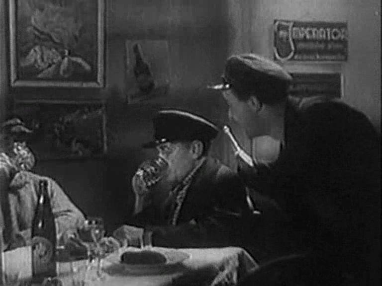 """Kadr zfilmu """"Ludzie Wisły"""" z1938 roku zcharakterystyczną reklamą """"Imperator"""" wlewym górnym rogu. Źródło: youtube.com"""