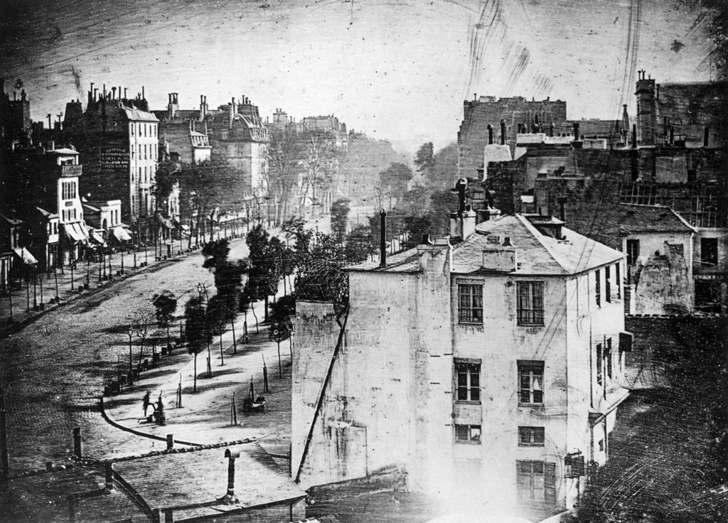 Boulevard du Temple, Paryż. Pierwsze zdjęcie zwidocznymi osobami, 1838 rok. Źródło: wikipedia.org