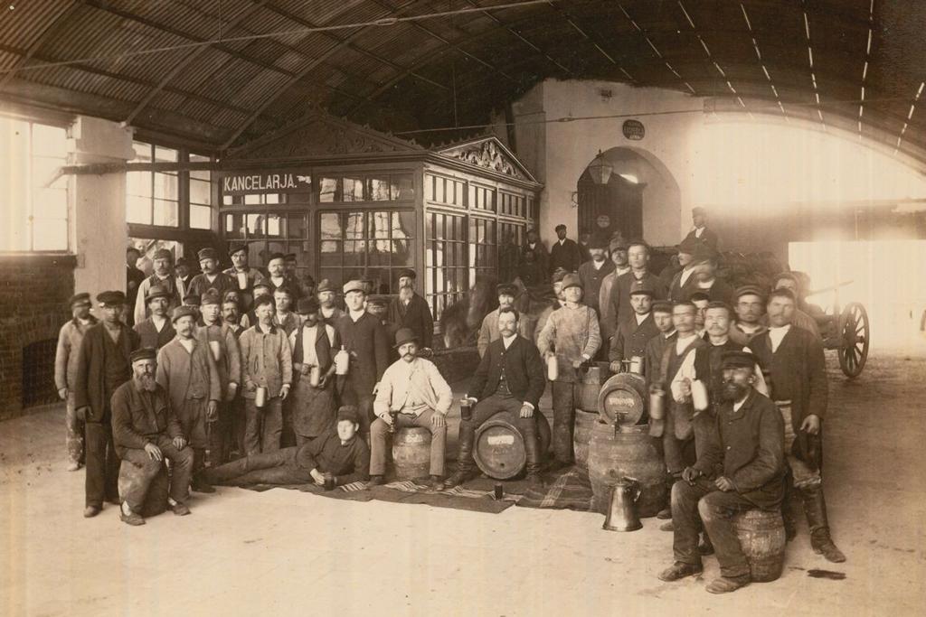 Browar Jana Goetza wOkocimiu. Fotografia zbiorowa pracowników, przełom wieku XIX iXX. Źródło: Archiwum Narodowe wKrakowie / www.ank.gov.pl