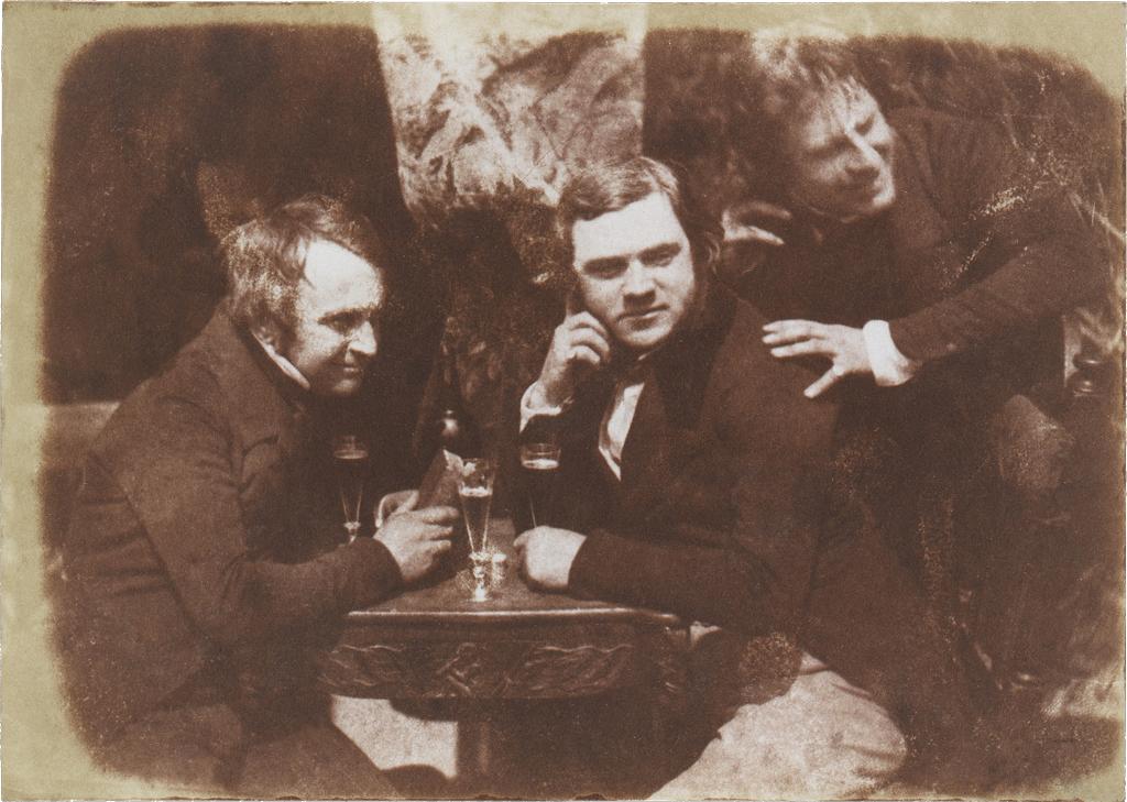 Trzech mężczyzn ipiwo Edinburgh Ale, pierwsze zdjęcie ludzi zalkoholem, Szkocja 1844 rok. Źródło: Metropolitan Museum of Art /wikipedia.org