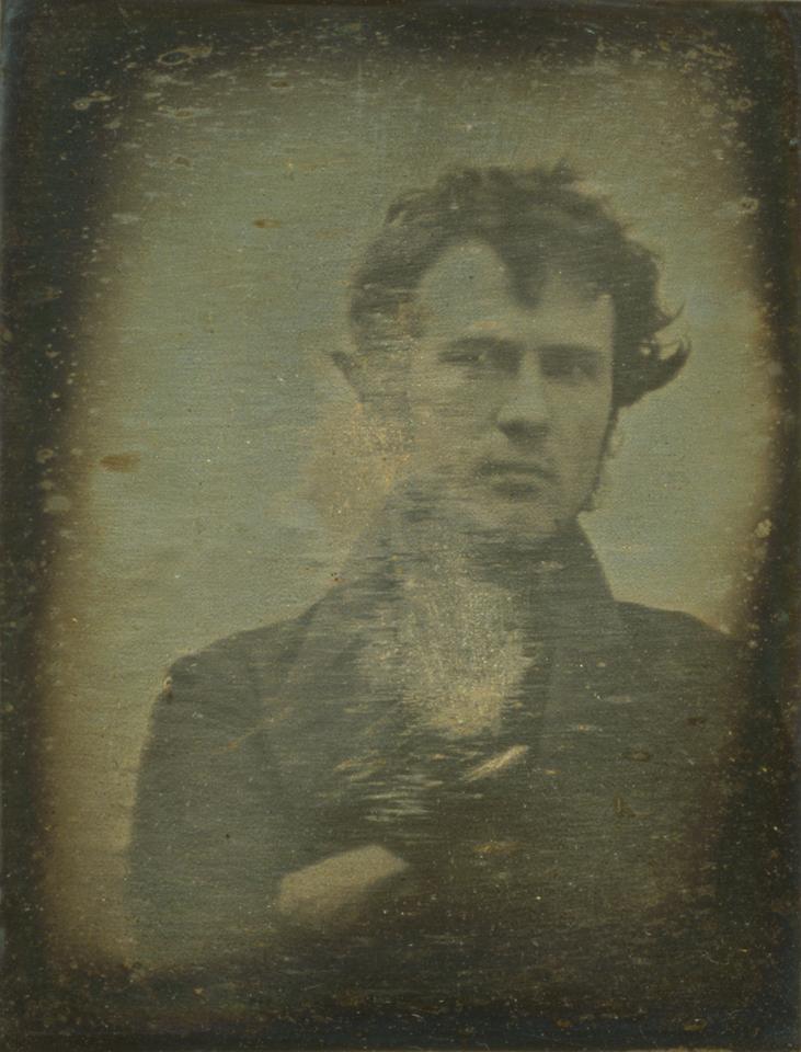 Robert Cornelius Autoportret 1839 rok. Źródło: wikipedia.org