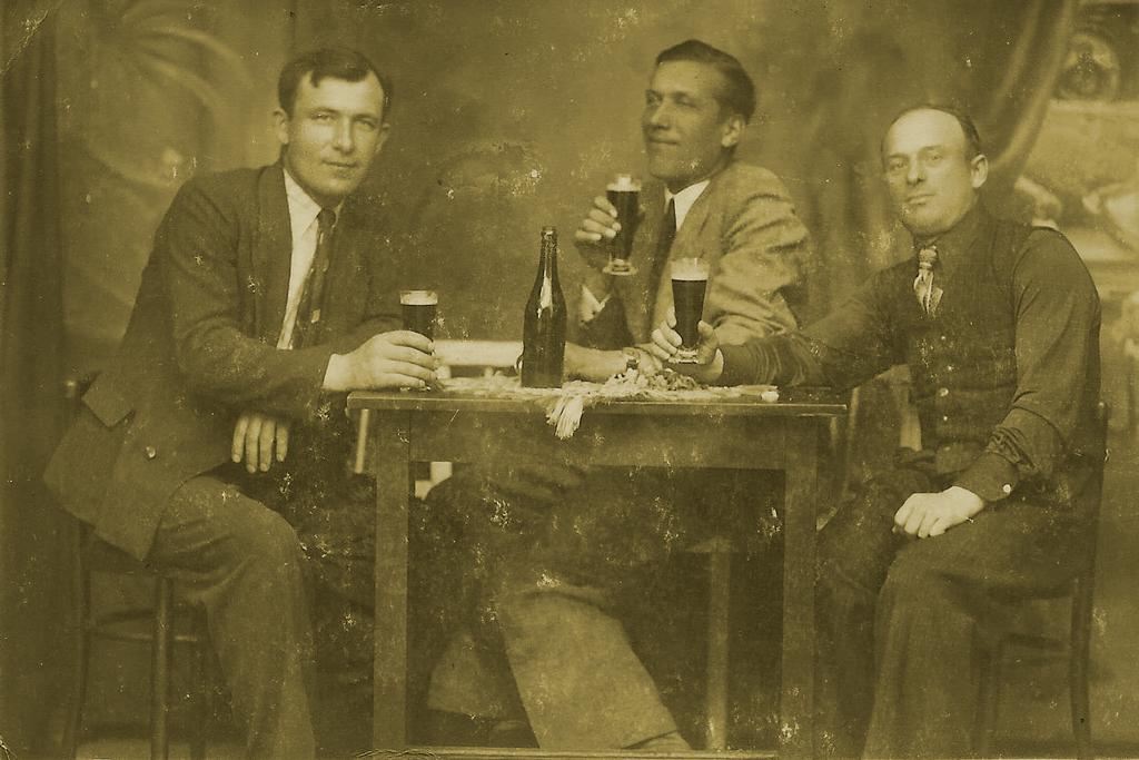 Trzech nieznanych mężczyzn przy piwie. Zdjęcie zarchiwum Czesława Sobotki. Źródło: cisnacentrumkultury.wordpress.com