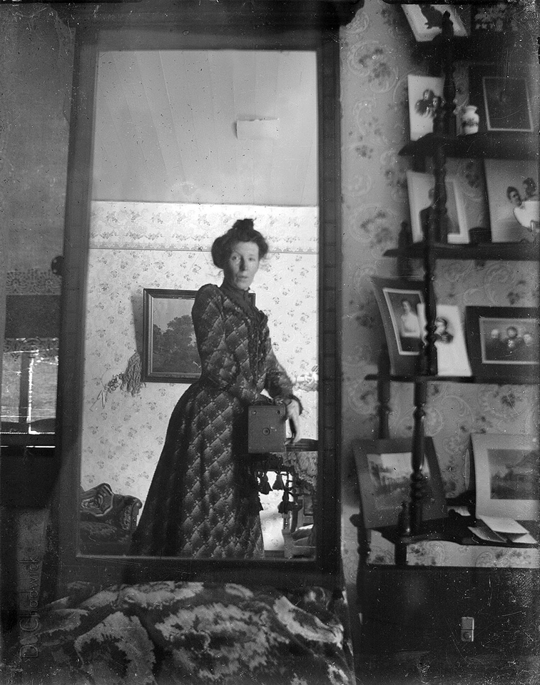 Selfie wlustrze, kobieta nieznana, 1900. Źródło: wikipedia.org