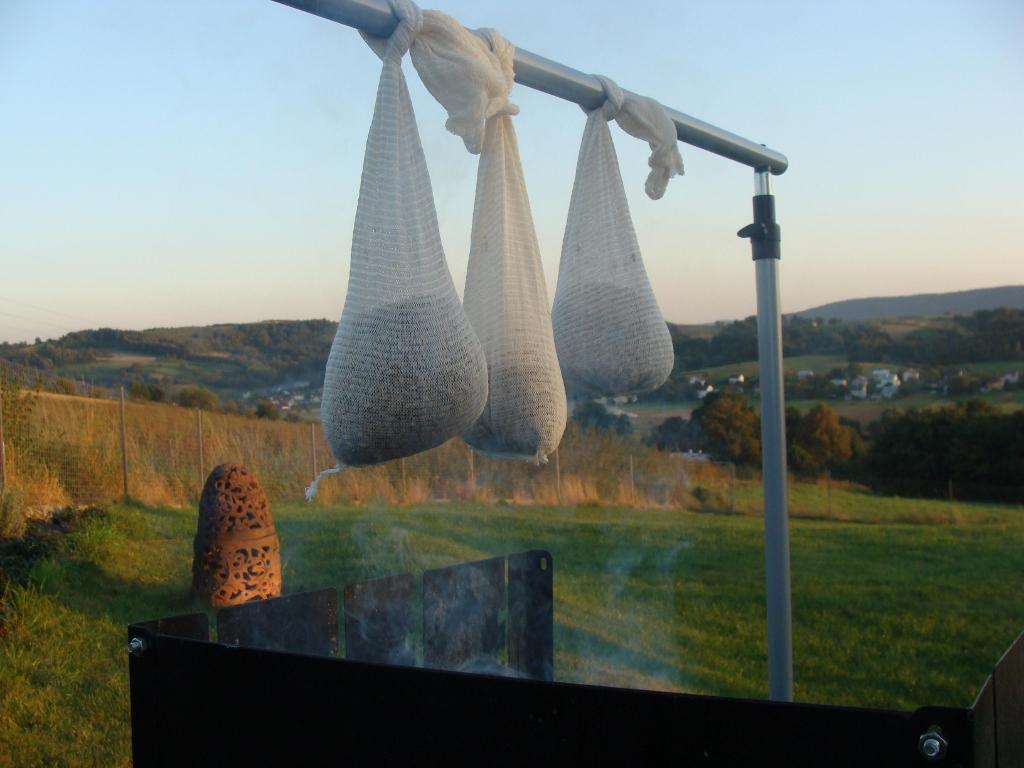 Wędzenie słodu dymem zdrewna orzecha. Źródło: Ziemowit Fałat, Browar PINTA