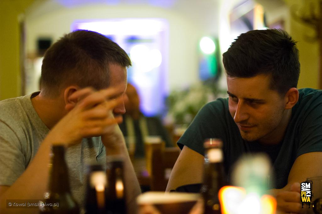 Jedna zmoichrozmów zWojtkiem Trześniowskim uchwycona naFestiwalu Birofilia w2014 roku