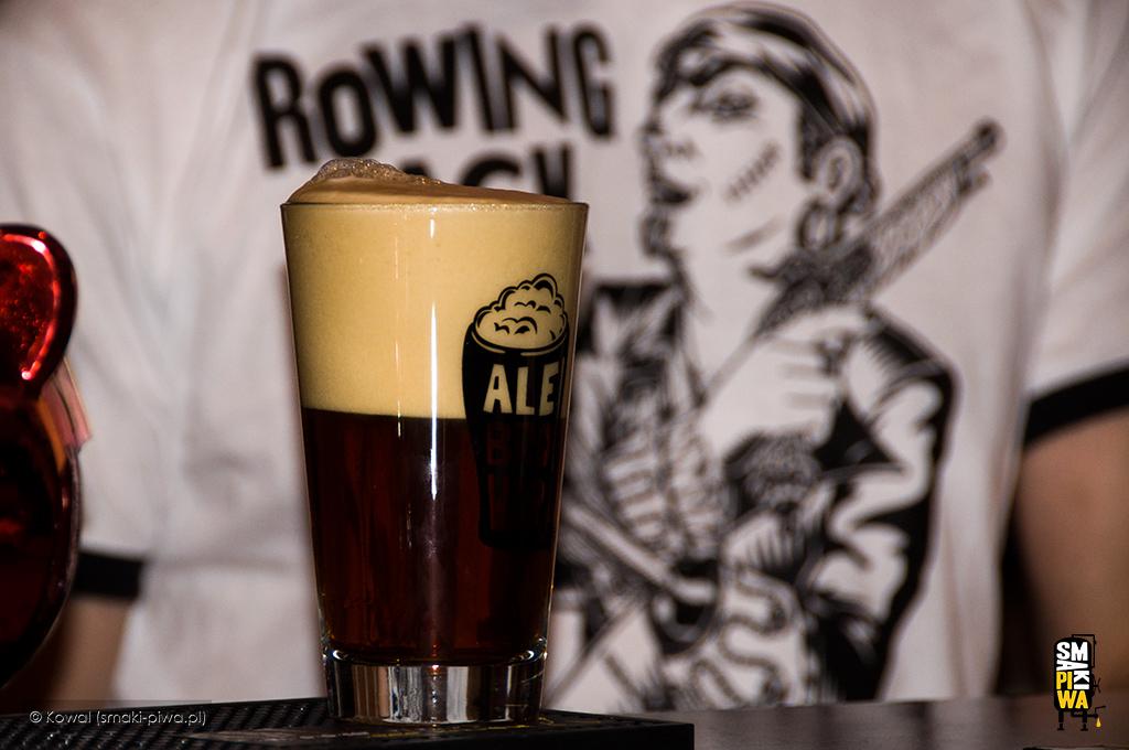 Pierwsza,mocno spieniona szklanka premierowego Rowing Jacka,na wielkiej premierze AleBrowaru wewrocławskim Zakładzie Usług Piwnych.