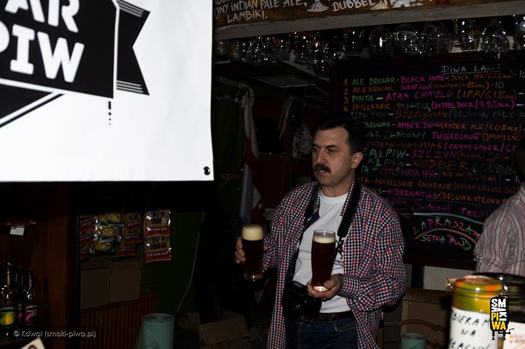Premiera browaru Szałpiw wpoznańskiej Setce. Wojtek Szała niesie 2 szklanki premierowego Szczuna.