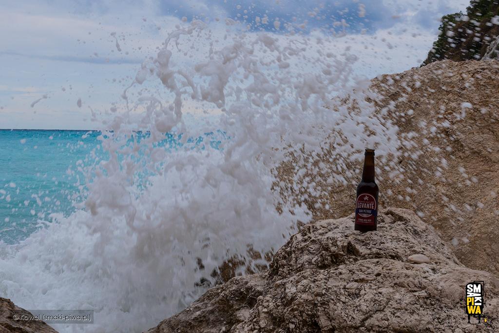 """San Petros (Strong Bock Beer) obmywany """"siarkowymi"""" falami naplaży Xigia"""