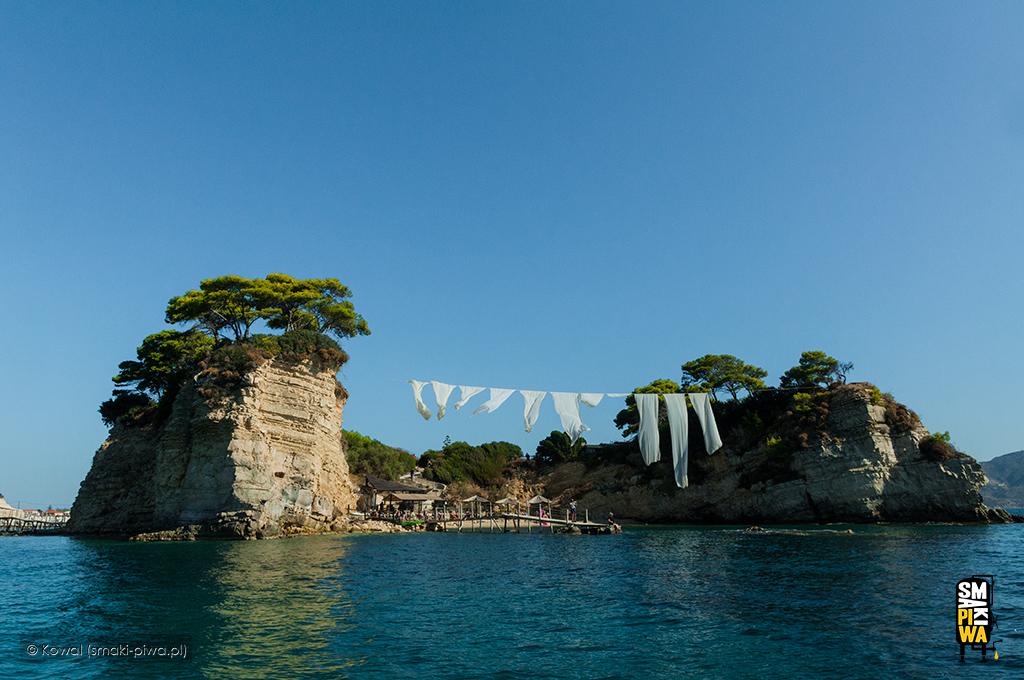 Wyspa Wyspa Agios Sostis odstrony morza. Zwana jest również Cameo Island lub poprostu wyspą ślubów.